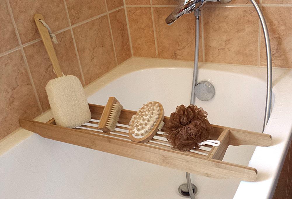 Wannenablage Kosmetex aus Bambus Holz Tiki Wannenbrücke für Badewannen-Ablage Set mit 4 Teilen Schwämmen, Bürsten